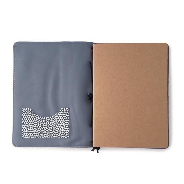 Handgemaakt hervulbaar leren journal blauw met polkadots A5 formaat
